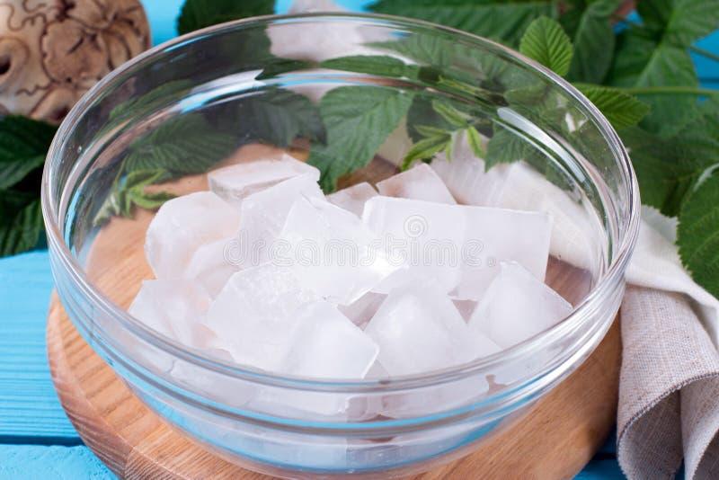 Eiswürfel in einer Glasschüssel lizenzfreies stockbild