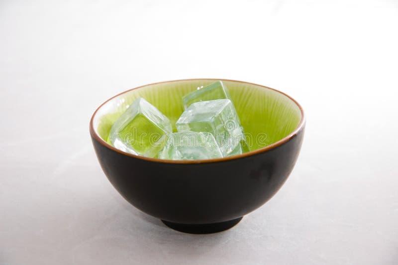 Eiswürfel in einer grünen Schüssel lizenzfreie stockfotos