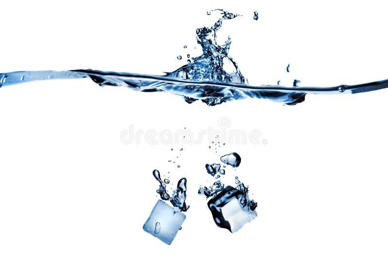 Eiswürfel fallen gelassen in Wasser mit Spritzen lizenzfreie stockfotografie