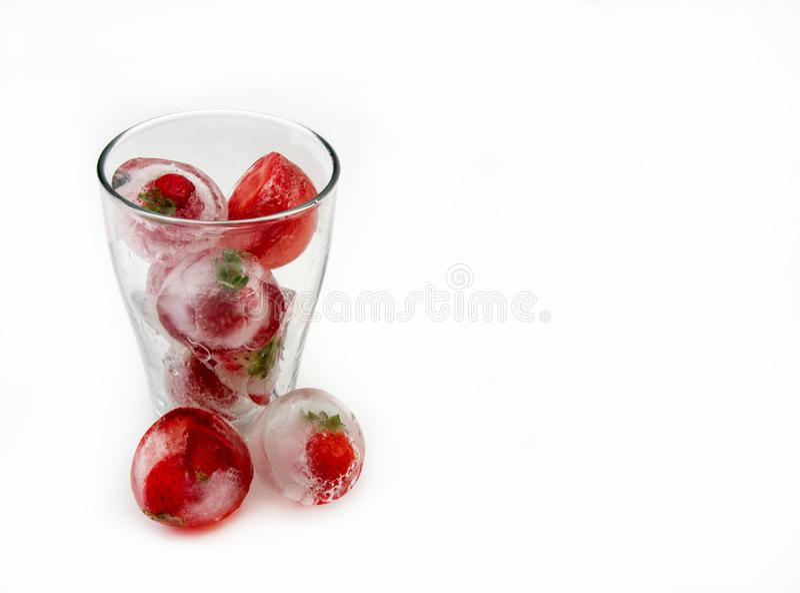 Eiswürfel mit Erdbeeren lizenzfreie stockfotografie