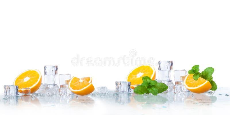 Eiswürfel, tadellose Blätter mit Orangen stockbilder