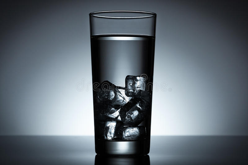 Eiswürfelwasser lizenzfreie stockfotografie