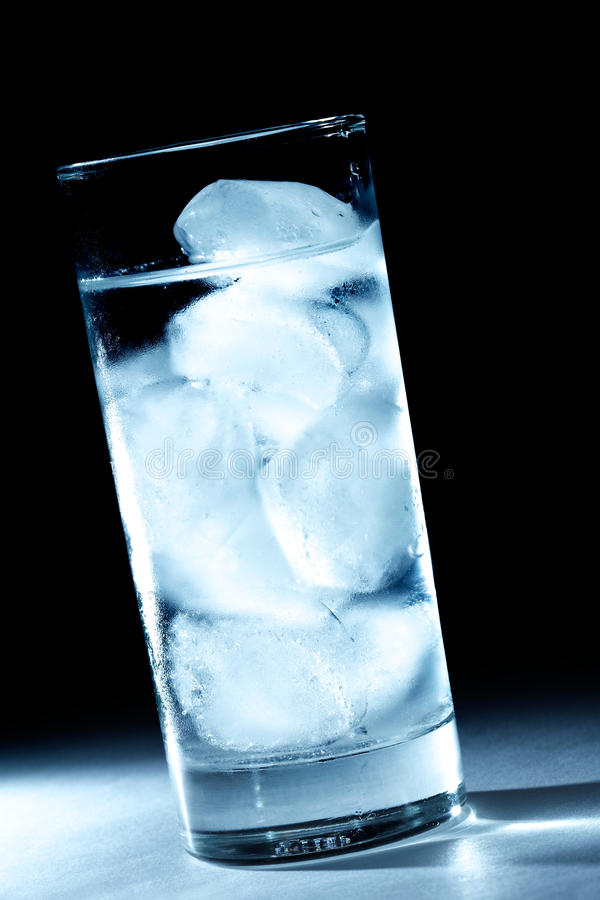 Eiswürfelwasser des Punktes helles lizenzfreie stockfotos
