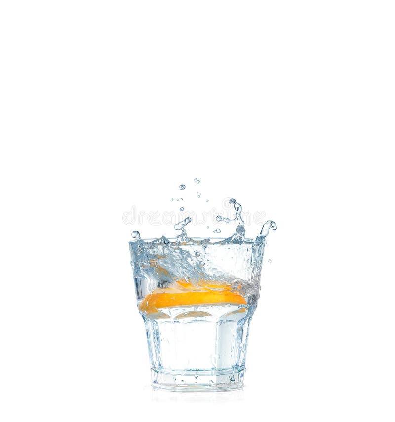 Eisw?rfel, die in das Glas Wasser, lokalisiert auf Wei? spritzen lizenzfreie stockbilder
