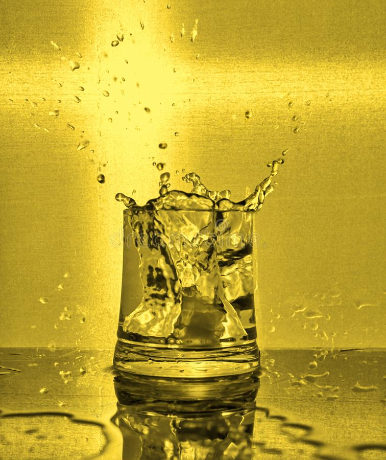 Eisw?rfel, die in Glas Wasser spritzen stockfotos
