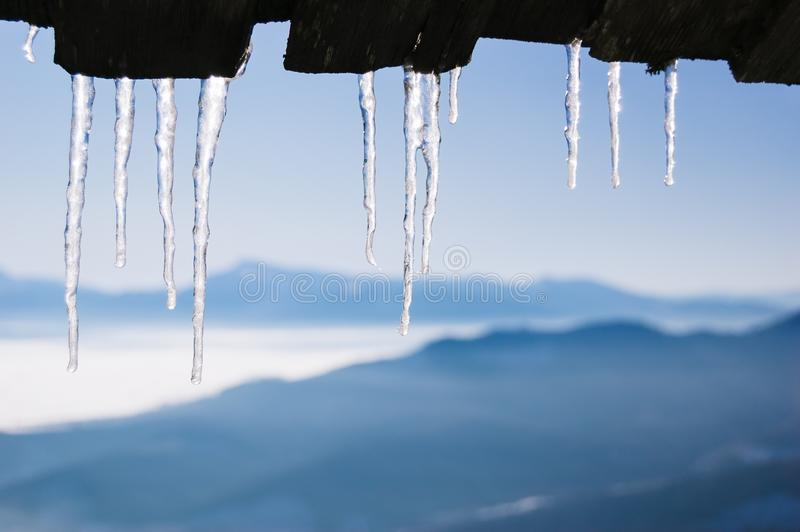 Eiszapfen auf dem Dach des Hauses stockfotos