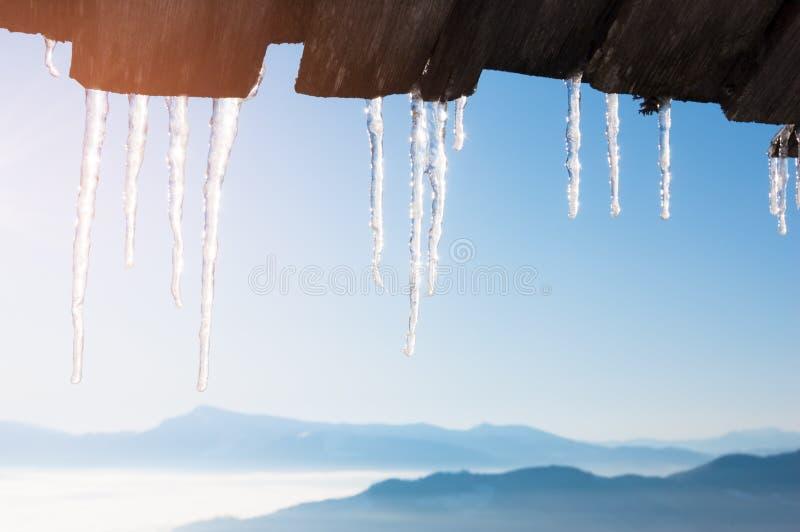 Eiszapfen auf dem Dach des Hauses stockbild