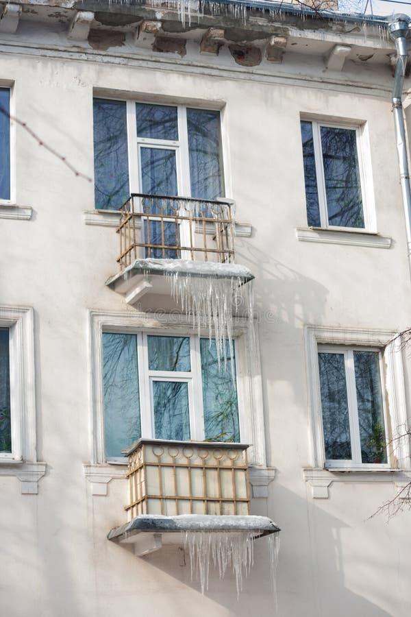Eiszapfen auf der Fassade des Gebäudes stockbilder