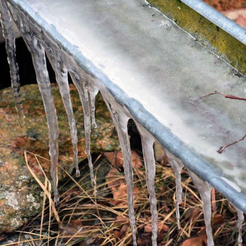 Eiszapfen auf Rutsche stockfotos