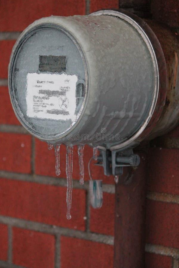 Eiszapfen, die an einem gefrorenen hydrometer hängen stockbilder