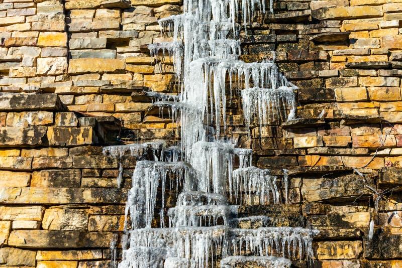 Eiszapfen, die hinunter die Seite einer Felsen-Wand tropfen lizenzfreie stockfotografie