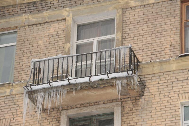 Eiszapfen, die vom Balkon hängen lizenzfreies stockbild