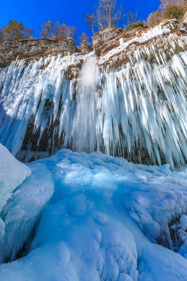 Eiszapfen, die vom Felsen durch den Pericnik-Wasserfall hängen lizenzfreie stockfotografie