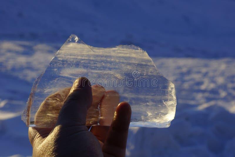 Eiszapfen in seinen Händen Glanz auf der Sonne Eisscholle schmilzt von lizenzfreies stockfoto