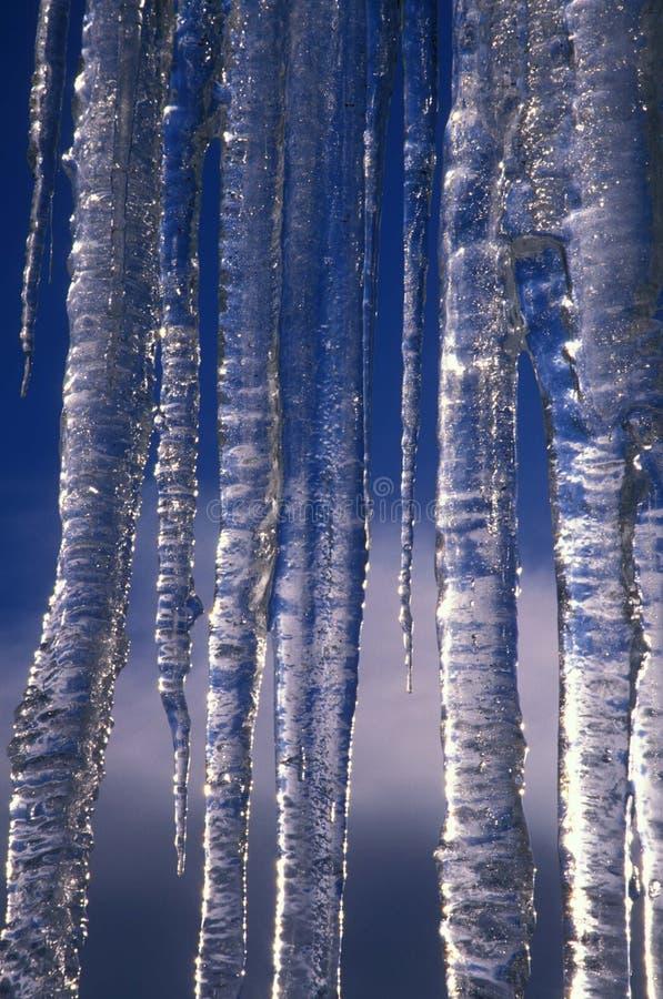 Eiszapfen u. blauer Himmel lizenzfreie stockfotos