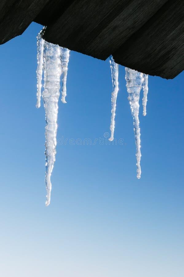 Eiszapfengrenze auf Hintergrund des blauen Himmels stockbild