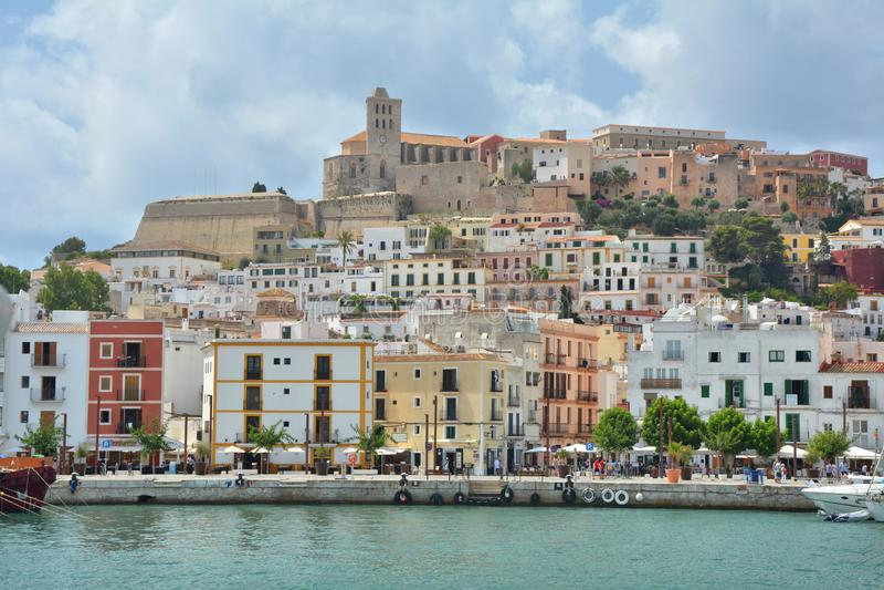 Eivissa市,伊维萨岛海岛老镇和小游艇船坞  图库摄影