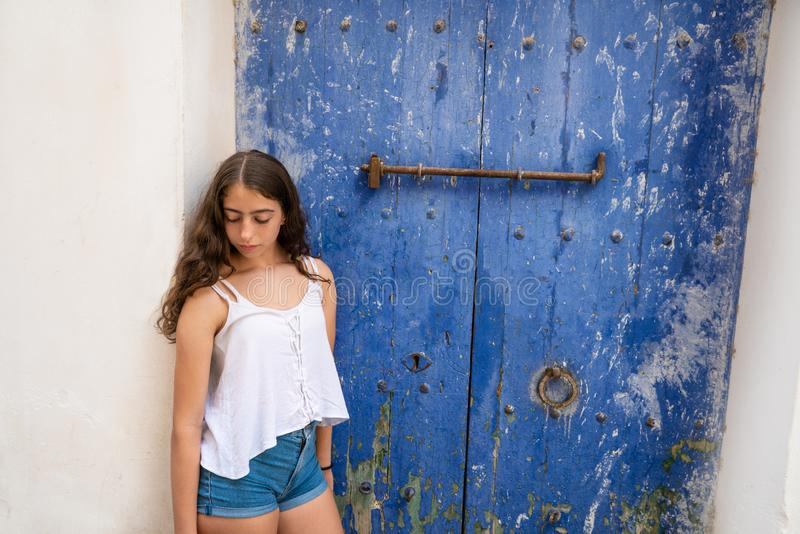 Eivissa Ibiza νέο κορίτσι στην μπλε πόρτα στοκ εικόνες