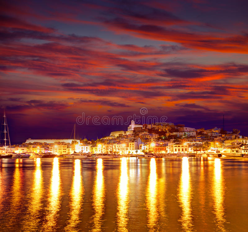 Eivissa Ibiza stad de stad in bij zonsondergang in Balearic stock foto
