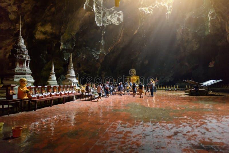 Eixo de luz - a luz brilha através da parte inferior da caverna: K fotografia de stock royalty free
