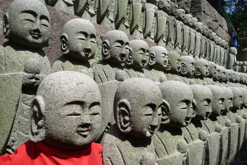 Ejército de Buddha en el templo de Hase-Dera en Kamakura foto de archivo libre de regalías