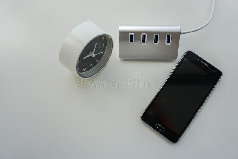 Eje aislado del USB para la carga de la batería del smartphone con el reloj moderno fotos de archivo