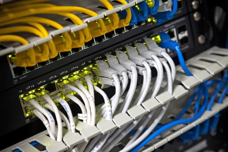 Eje de la red y cables conectados del Internet imagen de archivo
