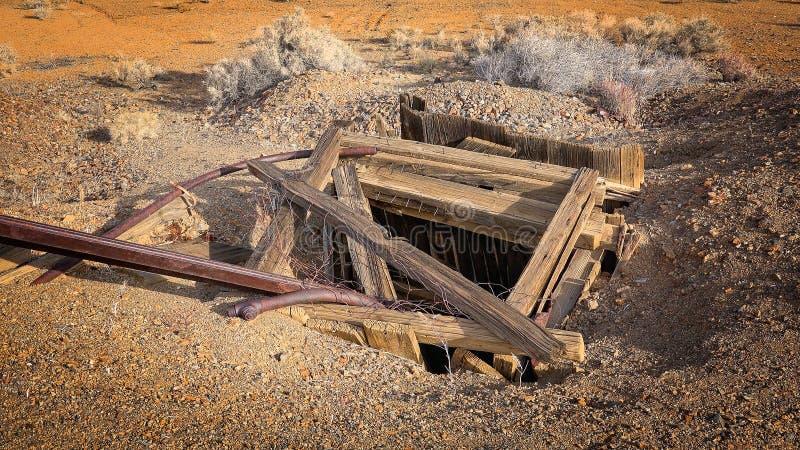 Eje de mina abandonado en ciudad occidental de la fiebre del oro fotografía de archivo