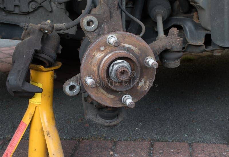 Eje de rueda - disco y calibrador de freno quitados fotografía de archivo