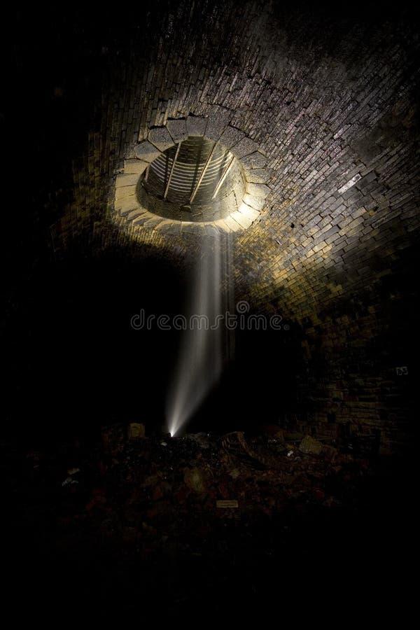 Eje de ventilación oscuro del túnel imagen de archivo libre de regalías
