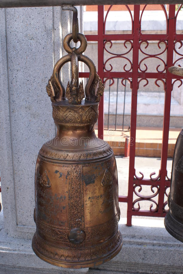 Ejecución budista de la campana en Wat Yannawa en Bangkok, Tailandia, Asia imagenes de archivo