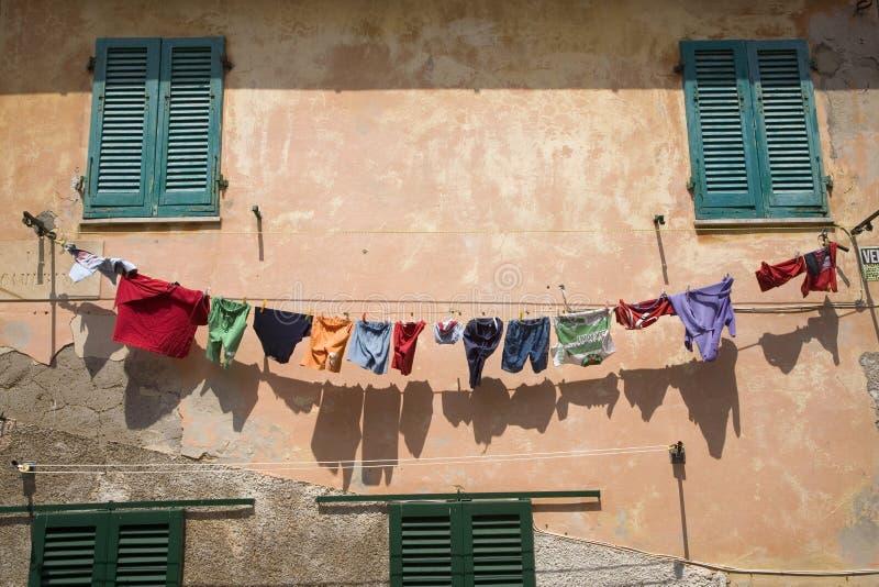 Ejecución colorida del lavadero en línea de la ropa en Portoferraio, provincia de Livorno, en la isla de Elba en el archipiélago  foto de archivo