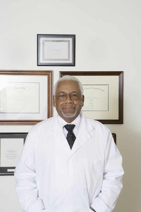 Ejecución confiada del doctor With Framed Certificates en la pared fotografía de archivo libre de regalías