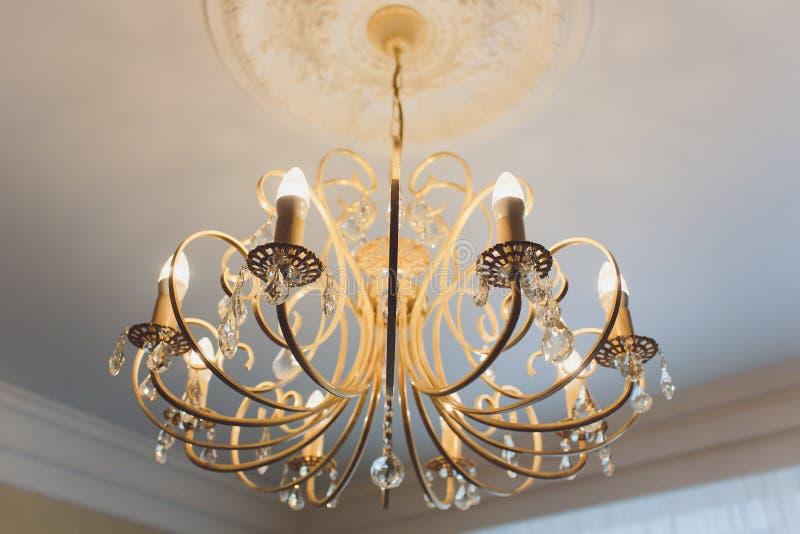 Ejecución costosa de lujo de la lámpara bajo techo en palacio fotografía de archivo