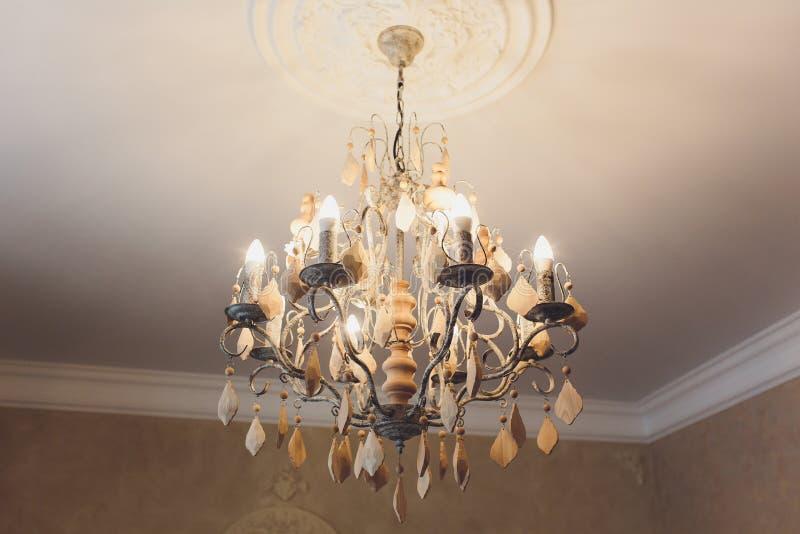 Ejecución costosa de lujo de la lámpara bajo techo en palacio fotos de archivo