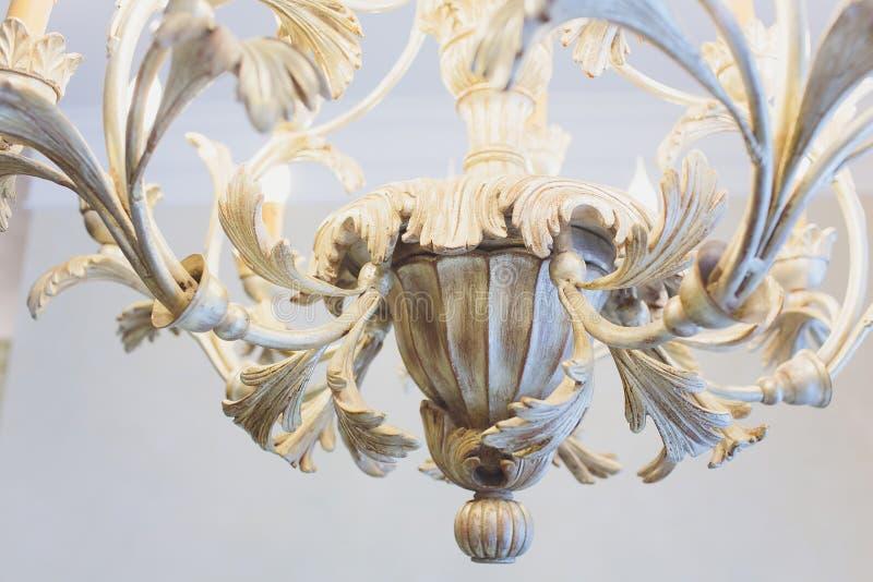 Ejecución costosa de lujo de la lámpara bajo techo en palacio imagen de archivo libre de regalías