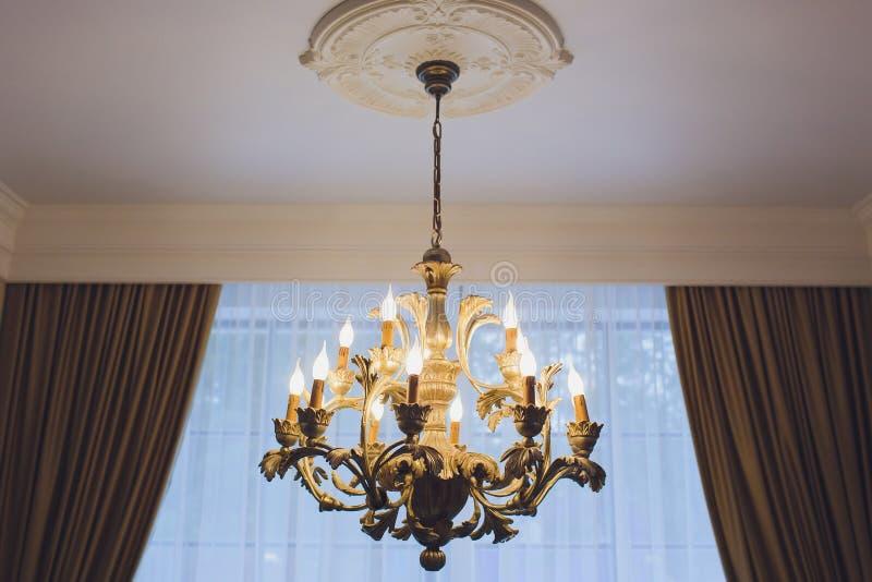 Ejecución costosa de lujo de la lámpara bajo techo en palacio foto de archivo libre de regalías