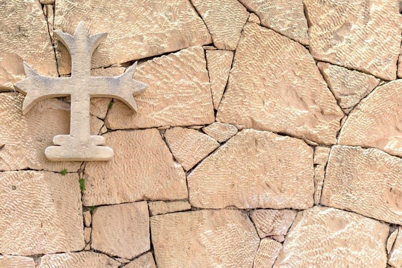 Ejecución cruzada de piedra en una pared de piedra, fondo fotos de archivo