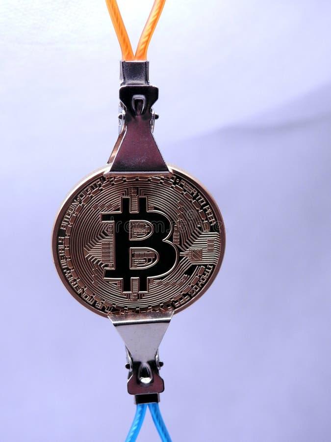 Ejecución de Bitcoin en dos clips metálicos fotografía de archivo