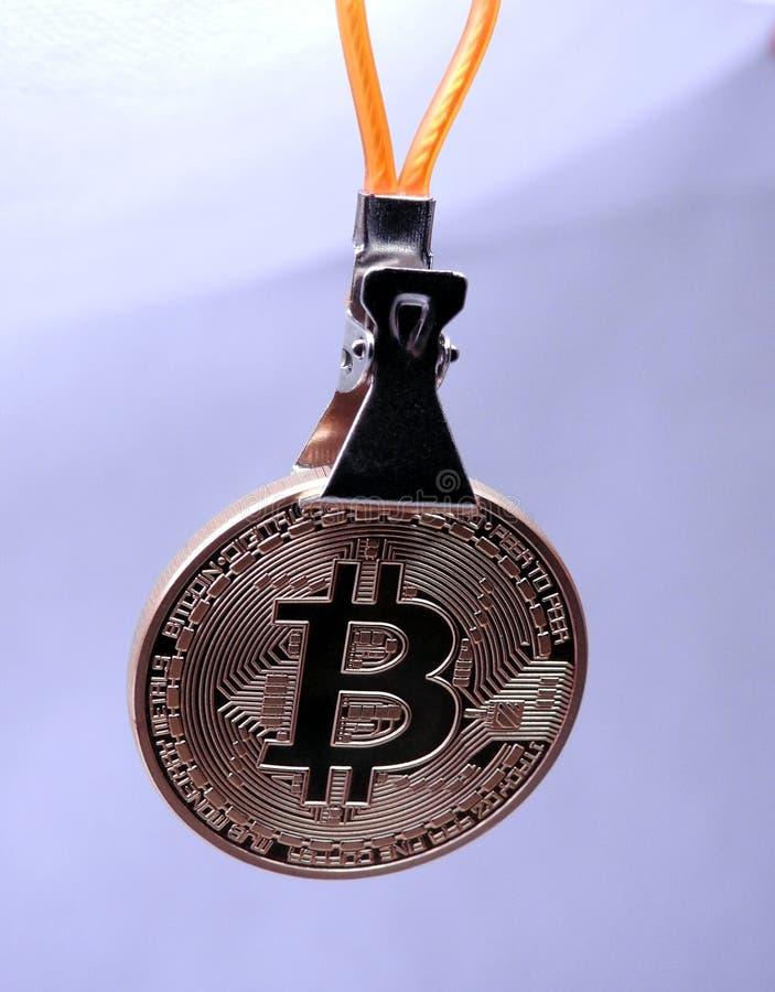 Ejecución de Bitcoin en una clavija del metal imagen de archivo