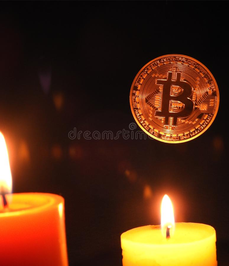 Ejecución de Bitcoins sobre velas imágenes de archivo libres de regalías