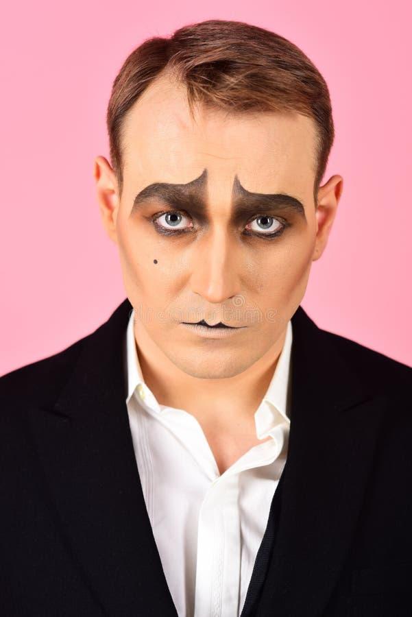Ejecución de drama El imitar del actor del teatro Imite al artista Mime con la pintura de la cara El hombre con imita maquillaje  imágenes de archivo libres de regalías