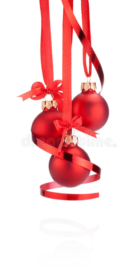 Ejecución de la bola de la Navidad de tres rojos con el arco de la cinta aislado imagen de archivo