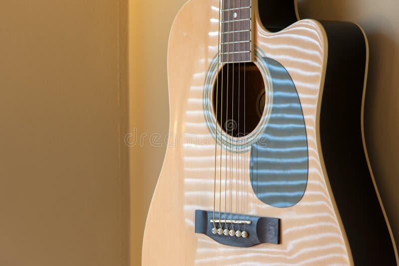 Ejecución de la guitarra acústica en la pared fotos de archivo