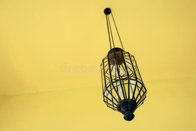 ejecución de la lámpara del vintage del techo con interio amarillo moderno fotografía de archivo
