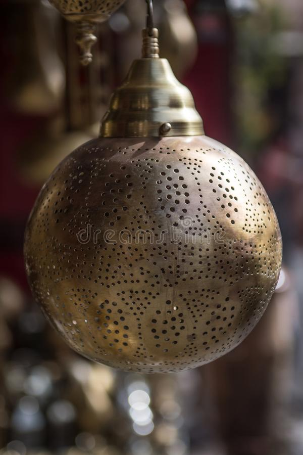Ejecución de la lámpara de un mercado en un souk de Marrakesh imagen de archivo libre de regalías