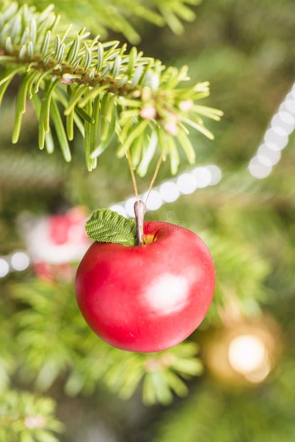 Ejecución de la manzana de la decoración en árbol de navidad fotografía de archivo
