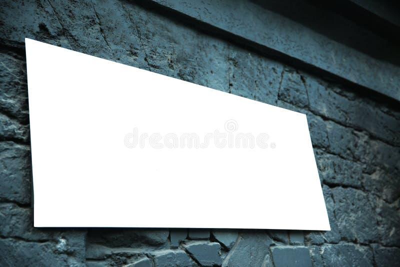 Ejecución de la muestra del café en fondo gris de la pared imagenes de archivo
