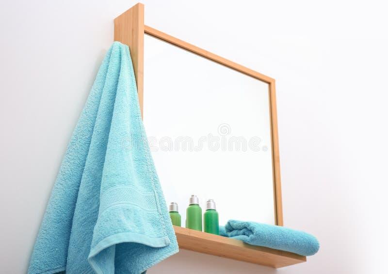 Ejecución de la toalla limpia en el espejo imagen de archivo libre de regalías