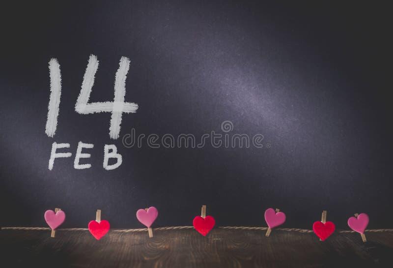 Ejecución del corazón y pintura de 14 fechas en fondo con el espacio de la copia adentro imagen de archivo libre de regalías